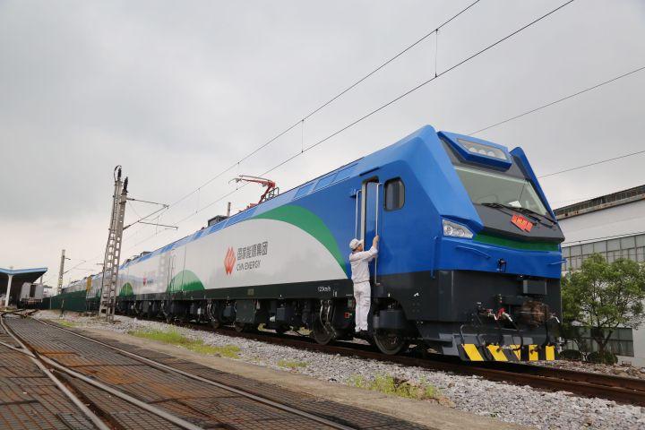 China develops high-power electric locomotive